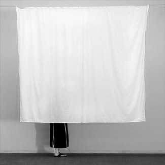 Behind de curtain